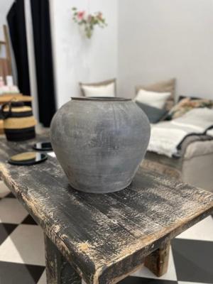 black-porcelain-pot