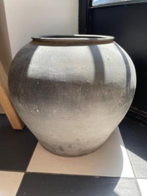 black-porcelain-vintage-pot